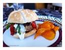 Hamburguesa de ternera con salsa de queso y chips de boniato