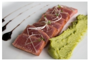 Tataki de atún con guacamole