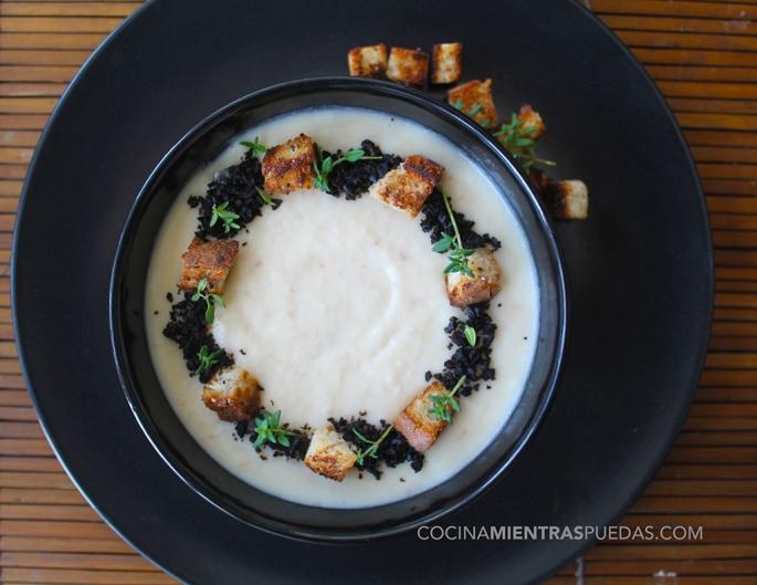 Crema de coliflor con tierra de aceitunas negras y ajo negro
